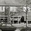 F2729<br /> Links is Lindenlaan 1, de kapsalon Roel van Ommeren. In het midden het woonhuis van de kapper. Rechts de winkel van bakker Ben Oorschot.