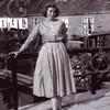 F4421<br /> Jeanne van den Nouland op de brug in de Concordiastraat. Achter haar het buurtje Weltevreden.