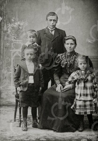 F4568<br /> De familie Johannes Waasdorp en Alida Kortekaas met de kinderen Antonie(links voor), daarachter Jaap en rechts Anna Maria. Foto: voor 1908.
