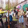 F2607<br /> Het planten van bomen aan de Schoonzorgseweg door wethouder Tijdeman en leerlingen van Het Bolwerk tijdens de jaarlijkse Boomfeestdag. Foto: 2004.