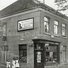 F0803 <br /> Op de hoek van de Hoofdstraat/Kerklaan de winkel van Künemann. Voor hem werd een nieuwe winkelpui gebouwd. Later kwam hier de zaak van horlogier en kunstschilder C.J. Verlint. Het pand werd afgebroken in 1975. Foto: vóór 1921. <br /> <br /> Collectie Oudshoorn 092: verbouw winkelpui Künemann (later Verlint).