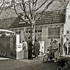 F2171<br /> Café Van Hage, gelegen aan de Hoofdstraat nr. 259 tegenover de Oude Haven. Achter de witte muur is het terras aardig bezet. Foto: ca. 1965.