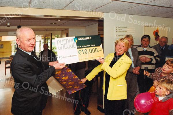 F2522<br /> Het aanbieden van een cheque van de Rotary Sassenheim aan de aktiviteitencommissie van de St. Bernardus. Foto: 2003
