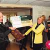 F2522<br /> Het aanbieden van een cheque van de Rotary Sassenheim aan de activiteitencommissie van de St. Bernardus. Links dhr. Nico Koomen. Foto: 2003.