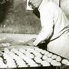 F1829 <br /> Bakker Bram Barnhoorn is bezig met het maken van kadetjes. Foto: april 1961.