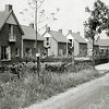 F3467<br /> De Menneweg te Sassenheim. Het eerste huis was indertijd het laatste van de Menneweg, daar hield het trottoir op. Later zijn er meerdere woningen bijgebouwd van een ander model en is het trottoir doorgetrokken