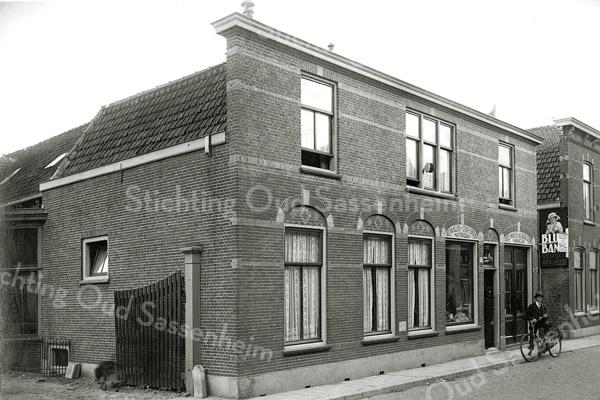 F0806 <br /> Het pand van Van der Meer aan de Hoofdstraat, gelegen naast hotel-café-restaurant 't Bruine Paard. Links een stukje van de ingang van de sociëteit van 't Bruine Paard. Foto: vóór 1921.<br /> <br /> Collectie Oudshoorn 108: Van der Meer, Hoofdstraat 177 volgens oude nummering.