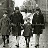 F2235<br /> Kinderen van Arnold van Rijn en Josephina Hillegonda Weijers in Haarlem. Zij lopen op de Hoofdstraat ter hoogte van de diaconiehuisjes tussen bakker Van der Horst en Melman.V.l.n.r.: Piet, Jo, Tom en Annie. Foto: 1931.