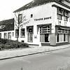 F1372a <br /> Hoofdstraat. Hotel-café-restaurant 't Bruine Paard. Achter het hotel woonde de fam. Teernstra en daarachter de opslagruimte van het hotel.