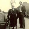 F4228 <br /> Dhr. Dirk van den Nouland (Voorhout 23-2-1905 - Sassenheim 29-11-1965) met zijn vrouw Marie Warmenhoven (Noordwijk 18-8-1906 - Sassenheim 25-11-1981). Zij zijn getrouwd op 30 april 1925. Er zijn 4 kinderen geboren in Voorhout. In 1935 verhuisden het gezin naar Sassenheim en woonden op Weltevreden 14. Daar zijn nog 3 kinderen geboren. In 1943 verloor Marie een been bij een tramongeluk. Zij stond op de treeplank, de deur ging niet open en de tram begon te rijden. Marie stapte er af en kwam met haar been onder de tram. Zij was de eerste Sassemse met een zitbakfiets, gemaakt door de fa. Walenkamp uit Leiden. De zitbakfiets werd wel eens geleend door mijnheer Fünck voor zijn schoonmoeder.<br /> In 30 april 1965 waren Dirk en Marie 40 jaar getrouwd. In dat jaar was er op 11 juni feest in 'Het Bruine Paard' ter gelegenheid van het 40-jarig jubileum van Dirk bij de fa. Leo van Reisen. In aanwezigheid van zijn familie en het personeel werd hij benoemd tot lid in de Orde van Oranje- Nassau. De onderscheiding werd door burgemeester J. van Knobelsdorff opgespeld. Vier maanden overleed hij op 60-jarige leeftijd. Kort na zijn overlijden werd er op Weltevreden 8 een kleinzoon geboren: Dirk.