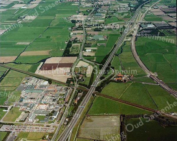 F3555<br /> Luchtfoto van Sassenheim.Linksonder de Sikkens Lakfabrieken (Akzo). De A44 loopt inhet midden en de kronkelige weg links daarvan is de Rijksstraatweg.