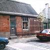 F0276 <br /> Het voormalige winkeltje in klein huishoudelijke artikelen van de heer Van Keulen in de Bijdorpstraat. In vroeger jaren was dit het woonhuis van een boerderij van de fam. Elstgeest. De hoge hardstenen stoep voor de deur werd door de kinderen in de straat het 'Keulen stoepie' genoemd. Het pand diende in de laatste jaren als opslag voor het bouwmateriaal van aannemer Gebr. Waasdorp en is in 1991/92 gesloopt om plaats te maken voor nieuwbouw. Foto: 1991.