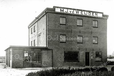 F0042 <br /> De bollenschuur van M.J. v.d. Weijden stond achter Hoofdstraat 68 (achterin het land). Voor die tijd was de fa. Berg & Weyers hier gevestigd. De schuur en het woonhuis op Hoofdstraat 68 heeft Cor Berg laten bouwen in 1927. Het huis is in de jaren negentig nog bewoond geweest door de fam. Jan Westgeest. M.J. v.d. Weijden heeft ook nog gewoond in het linkerdeel van Twin's-Home.