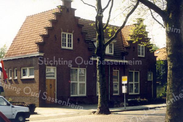 F0567 <br /> Voormalige Openbare School uit 1923 aan de toen geheten Rusthofflaan. Het park Rusthoff was vroeger groter, reikte tot aan de Rusthofflaan. Deze laan maakte vroeger een bocht westwaarts en sloot aan op de Kerklaan op het punt waar nu het kruispunt Kerklaan/Parklaan is. Het schoolgebouw op de foto deed vanaf 1935 dienst als r.-k. kleuterschool. Weer later was hier de werkplaats Het Spectrum gevestigd. Thans (2016) is in het gebouw het architectenbureau Warmerdam gevestigd.
