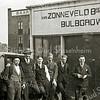 F1645 <br /> Kantoorpersoneel van Van Zonneveld & Philippo. De tweede van links is Piet M. Philippo, derde van links is Dirk van Loo. Uiterst rechts Joop v.d. Niet. Foto: eind jaren '30.