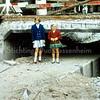 F2161<br /> De afbraak van de Klapbrug in de Hoofdstraat, tussen de Kastanjelaan/Vaartkade en de Teijlingerlaan.  Door het toenemende verkeer voldeed de brug niet meer en werd daarom in 1967/68 gesloopt. Door de aanleg van een overkluizing (het betonnen gewelf waar de kinderen op staan) zijn de Teylingersloot en de Sassenheimervaart nog steeds met elkaar verbonden.