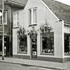F2726<br /> De fietsenzaak van Johan Geerling, voorheen van Evert van Aalderen. De zaak is vanwege bloemencorso extra verfraaid.