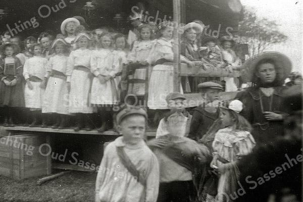 F1145 <br /> Feestelijke herdenking 1813-1913, het Onafhankelijkheidsfeest. Dit is een foto van de aubade die vond plaats op 18 september 1913 op het feestterrein op De Overplaats, na afloop van de kinderoptocht.