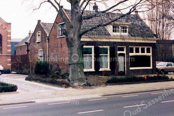 F0213 <br /> De voormalige kruidenierswinkel van de dames Rooza (later ook Roosa) aan de Hoofdstraat 139. Dit pand was van 1869 tot 1876 de kerk van de Chr. Afgescheiden Gemeente, later gereformeerde kerk genoemd. Afgebroken in december 1997. Foto: 1986.