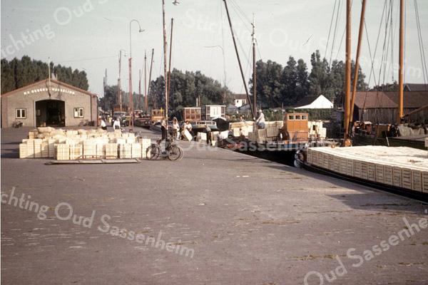 F3804<br /> De Oosthaven eind 50-er jaren. De bollenkisten staan klaar om met de schuit naar Rotterdam vervoerd te worden