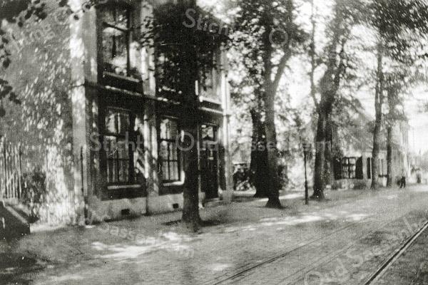 F0436 <br /> Woning van J. Beumer, hoofd van de Openbare School aan de Hoofdstraat. Later woonde hier meester A. den Haan, hoofd van de herv. school. Het pand is in 1967 afgebroken in het kader van de reconstructie van het centrum. Nu is hier het dorpsplein met parkeerplaatsen. Foto: 1906.