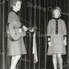 F2747<br /> De twee nichtjes Elly de Heij (met gitaar) en Lidia Kaptijn tijdens een optreden in het KSA-gebouw. Foto: januari 1965.