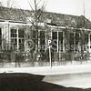 F1862 <br /> Het Verenigingsgebouw aan de Hoofdstraat. In 1866 gebouwd als openbare school en als zodanig tot 1923 gebruikt. Daarna werd het een hervormde school tot 1930. Na die tijd werd het gebouw gebruikt als onderkomen voor verschillende verenigingen en ook voor toneel- en zanguitvoeringen. In 1967 is het gebouw gesloopt om plaats te maken voor de aanleg van een parkeerterrein. Rechts het woonhuis van het hoofd der school, A. den Haan. Ook dit pand werd in 1967 gesloopt.