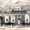 F4384<br /> De woning van de fam. van Kesteren, Hoofdstraat 44. Bij de voordeur staat Carla van Kesteren. Het pand is gesloopt in juli 2000. In 2001 werd hier een nieuw pand gebouwd voor P. Nicola.
