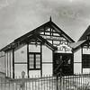 F0825 <br /> Het tentoonstellingsgebouw Bloemlust aan de Hoofdstraat, gebouwd door J.P. Oudshoorn en Zoon in 1927, ongeveer recht tegenover de Willem Warnaarlaan. Het doel was daar o.a. nieuwe soorten narcissen, tulpen en hyacinthen te exposeren. Speculatiezucht vierde al spoedig hoogtij en het gebouw kreeg de bijnaam 'Monte Carlo'. In de Tweede Wereldoorlog werd het gebouw gevorderd door de Duitsers. Na vrijgave werd het verkocht en in 1941/1942 afgebroken.  Nu is hier het pad naar de boerderij van W. van Rijn.<br /> <br /> Collectie Oudshoorn 113: Bloemlust. Hoofdstraat.