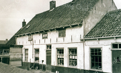 F0053 <br /> Oude foto van het Kuipershofje tussen het kerkhof van de  Ned.-herv. Kerk of Dorpskerk en de Hortuslaan. De woningen zijn in de loop der jaren door verschillende families bewoond, zoals de fam. Sluymer, Van der Luit, Both, Kulk, Diederiks, Spierenburg en nog vele anderen. Gesloopt in 1959. Zie ook Sassenheim in oude ansichten van G. Verschoor, pag. 52.