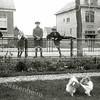 F0341 <br /> Mevr. Speelman (tante Sofie) in de tuin van het huis Swastika aan de Hoofdstraat. Na de Tweede Wereldoorlog na de oorlog werd de naam van de villa verwijderd en veranderd in Beukenhof.  Bij het hek v.l.n.r.: onbekende jongen, Henk Perfors, Tom Eikelenboom (van de Oude Post) en Cor van Dijk. Op de achtergrond links huize Zonnehof, de ingang van het Homanslaantje en rechts het huis van C. v.d. Heiden (Hoofdstraat 180). Foto: ca. 1923.