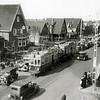 F1042 <br /> Paasdrukte in de Bollenstreek. De foto is genomen op Hoofdstraat 294 ter hoogte van de Molenstraat. Foto: ca. 1935.