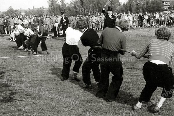 F2794<br /> Touwtje trekken tijdens het Oranjefeest.