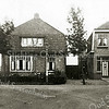 F1954<br /> Het ouderlijk huis van de fam. Beijk aan de Rusthofflaan 53, op de rechterhoek van de Essenlaan. Bebouwing op de Essenlaan is er nog niet, laat staan daarachter.
