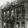 F0895 <br /> Het voormalig gemeentehuis (tegenwoordig Melman Casuals & Business) aan de Hoofdstraat is versierd t.g.v. het 25-jarig regeringsjubileum van koningin Wilhelmina in september 1923.