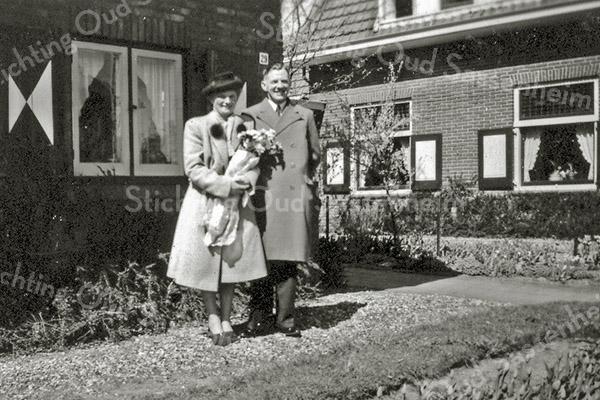 F0422a <br /> Het vertrek naar de USA in 1953 van Bas van der Sijs en zijn vrouw Griet Westerbeek vóór hun woning Beukenlaan 29. De straatnaam en het huisnr. zijn later gewijzigd. Het pand staat nu op Parklaan 53. Later werd het huis bewoond door de fam. Piet Westerbeek. Rechts op de hoek is de woning van de fam. G. Demmink. Foto: 1953.