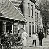 F0068 <br /> Smederij van Van Hoekelen aan de Hoofdstraat, toen nr. 129. Later werd het een rijwielhandel van H. Uphoff. Deze heeft het pand in 1906 laten afbreken en er een nieuw pand in jugendstil voor in de plaats laten zetten, nu Hoofdstraat 179. Voor verdere informatie zie het boekje Sassenheim in oude ansichten van G. Verschoor, pag.36. Foto: vóór 1906.