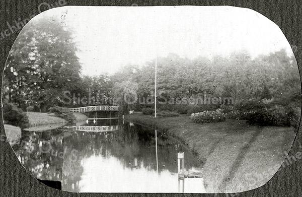 F1248 <br /> Het bruggetje over de vijver in de tuin van Het Oude Koningshuys.
