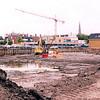 F2544<br /> De bouwput aan de Kerklaan, gezien vanaf de oostzijde. Op de achtergrond Albert Heijn aan het Boschplein. Op de voorgrond is het Voorhavenkwartier verrezen. Foto: 2003.