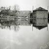F1001 <br /> De 17de-eeuwse boerderij van de familie Remmerswaal, eerder van Van der Geest. De boerderij stond in de Hellegatspolder, aan het eind van de oude Sassenheimervaart.<br /> In het restant hiervan liggen nu enkele woonboten, vlak naast de carpoolplaats aldaar. De polder liep geheel onder water na een dijkdoorbraak in de nacht van 22 op 23 oktober 1943, tijdens de aanleg van Jachthaven Jonkman. De oude boerderij werd eind jaren zestig afgebroken en vervangen door een nieuw woonhuis en stallen. Foto: 1943.