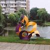 F4305a<br /> Het kunstwerk 'de Tulp'. Rechts de flats aan het Kagerplein en links de flats aan de Kagerdreef. Foto: 2003