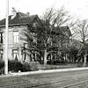 F0041 <br /> Twins Home, de dubbele villa die voor de bloembollenhandelaar Henri Roozen in 1890 werd gebouwd, stond aan de Hoofdstraat. De ene helft heette Bloomfield en de andere helft Zomerzorg. Twins Home is gesloopt in 1991. Rechts staat de bollenschuur van de fa. Roozen, later van de fa. Van der Voort en daarna van Fred de Meulder en als laatste was daar de kistenfabriek M. Bakker en Zn. gevestigd. De bollenschuur is in 2007 gesloopt t.b.v. woningbouw. Zie ook Sassenheim in grootmoeders tijd pag. 4.