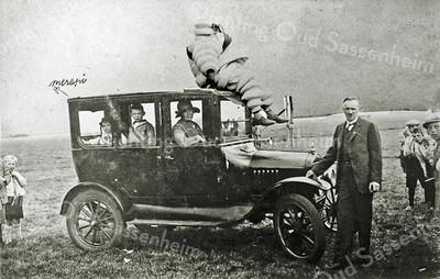 F0073 <br /> Een opname uit 1929 van de T-Ford van Willem Bakker sr. op het terrein Sporthoff aan de Rusthofflaan. Bovenop zit Wout Boekee als Michelinmannetje. Voor de wagen staat Willem Bakker en in de auto zitten zijn vrouw, zoon Flip en dochter Bep. Het woord Merapi links boven de wagen duidt op de gelijknamige vulkaan in Indonesië: de nogal explosieve start van de T-Ford wordt vergeleken met het karakter van die vuurspuwende berg. Deze wordt vergeleken met. Foto: 1929.