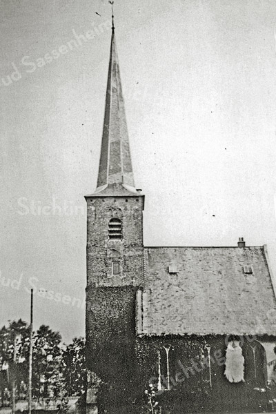 F1063 <br /> De Ned.-hervormde kerk of Dorpskerk. Deze laatste naam wordt gebruikt sinds 2007, het jaar waarin de Ned.-Herv. Kerk en de Geref. Kerk Sassenheim fuseerden tot de Protestantse Gemeente Sassenheim. Foto: 1938.