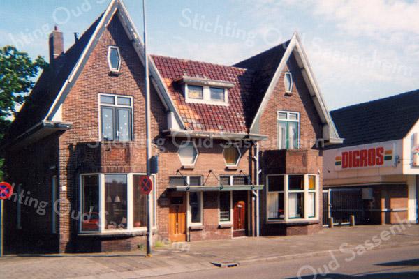 F0928 <br /> Twee woonhuizen aan de Hoofdstraat, nrs. 286 en 288. Gelegen tussen de Digros en de Concordiastraat. Nr. 286 werd bewoond door mevr. J.H. Vis-Landwer Johan en nr. 288 werd bewoond door dhr. W. van Gijlswijk. Op nummer 288 heeft eerst nog tandarts Simonis zijn tweede praktijk gehad. Gebouwd door aannemer Oudshoorn ongeveer op de plaats waar vroeger het toegangspad naar de Nieuwe Haven liep. Beide panden zijn september 2011 gesloopt. Foto: 1999.