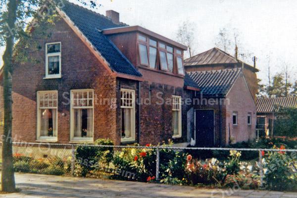 F0121 <br /> De boerderij van Kees van der Ploeg, Menneweg 18. Foto: ca 1977.