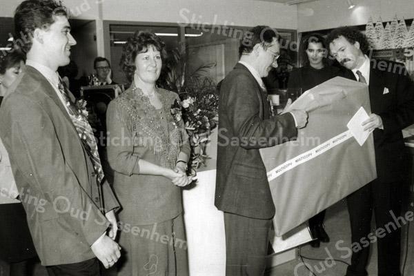 F2912<br /> De directeur van Multicopy Nederland (rechts) overhandigt een cadeau aan Ben en Ria Duijser, bij de opening van hun zaak aan de Koetsiersweg  Foto: 1994.