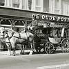 F2380<br /> Een fraaie koets voor café-restaurant De Oude Post te Sassenheim. De koets met Heiniken-reclame werd gebruikt ter gelegenheid van het 100-jarig bestaan van De Oude Post op  14 maart 1968. De gasten werden met de koets opgehaald.