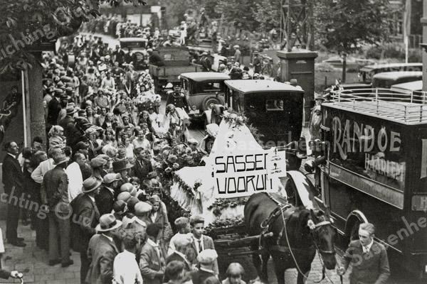 F0346 <br /> Oranjefeest ca. 1930. Locatie: de Oude Haven. Paard-en-wagen met 'Sassem Vooruit' stelt een wieg voor. Onderaan in het midden Klaas Wiepkema (geb. 1917).