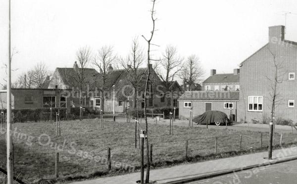 F3142<br /> Gezicht op de boerderij De Oude Hortus vanaf de Westerstraat. Links van de boerderij is de noodslachtplaats